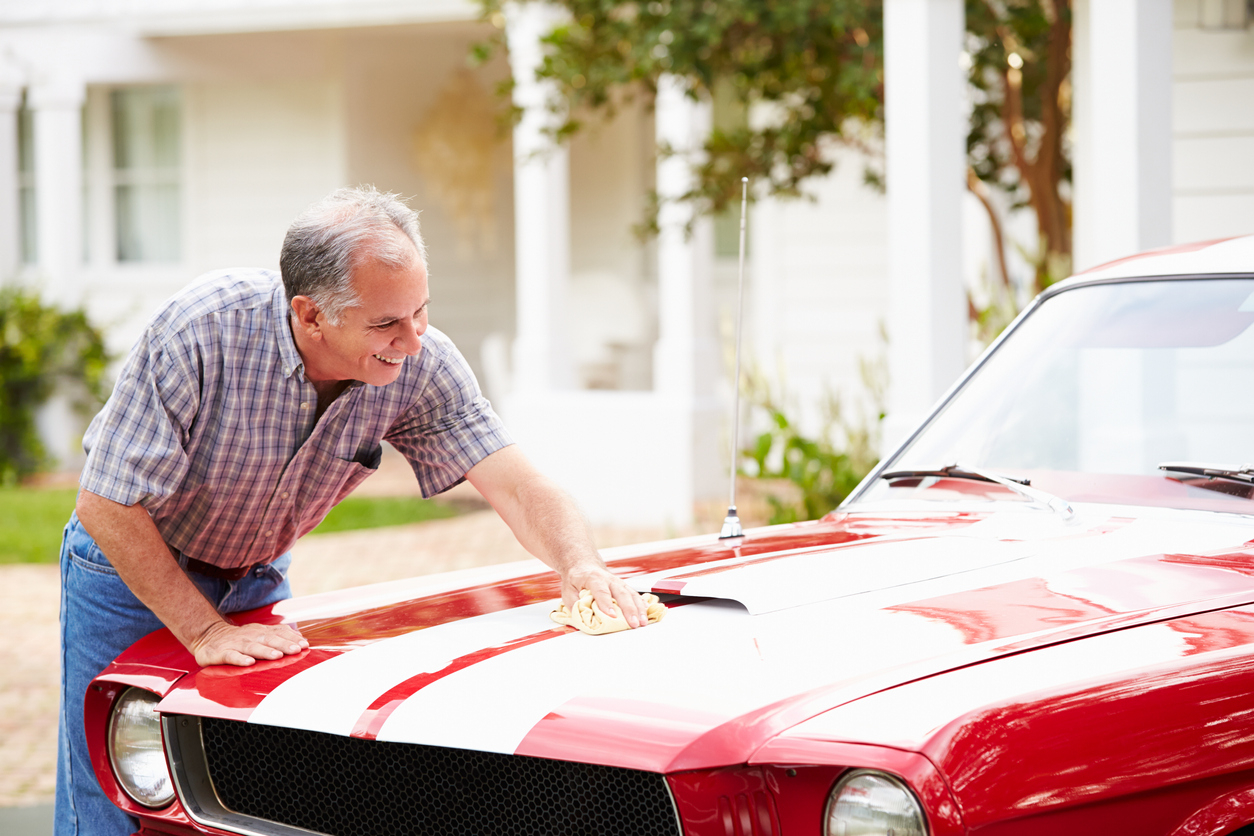 Une personne qui lave sa voiture
