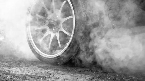 Roue de voiture et fumée