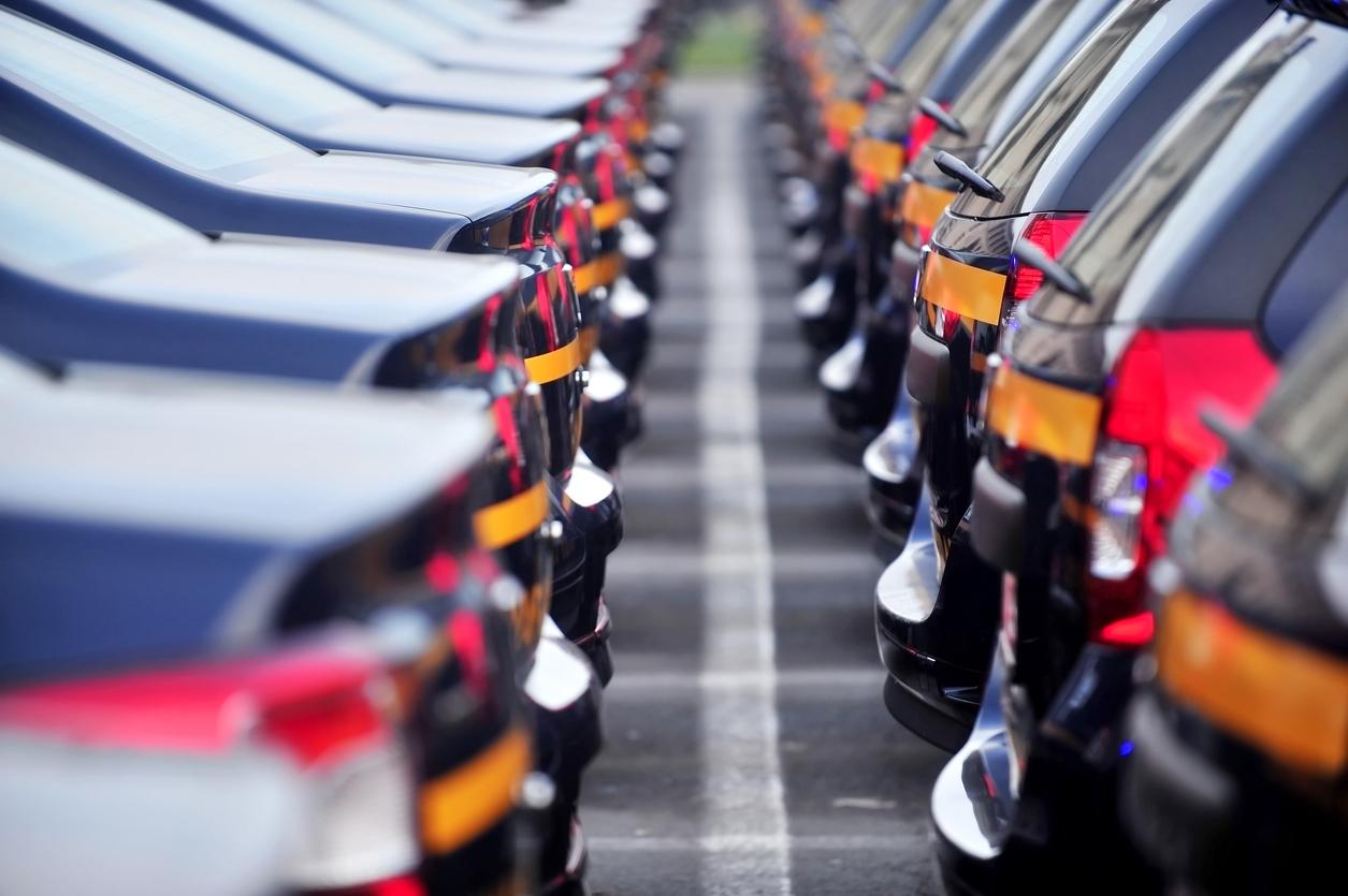 Des voitures garés sur un parking