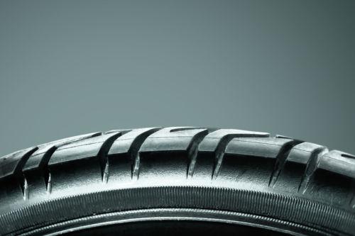 Un pneu neuf avec de beaux dessins