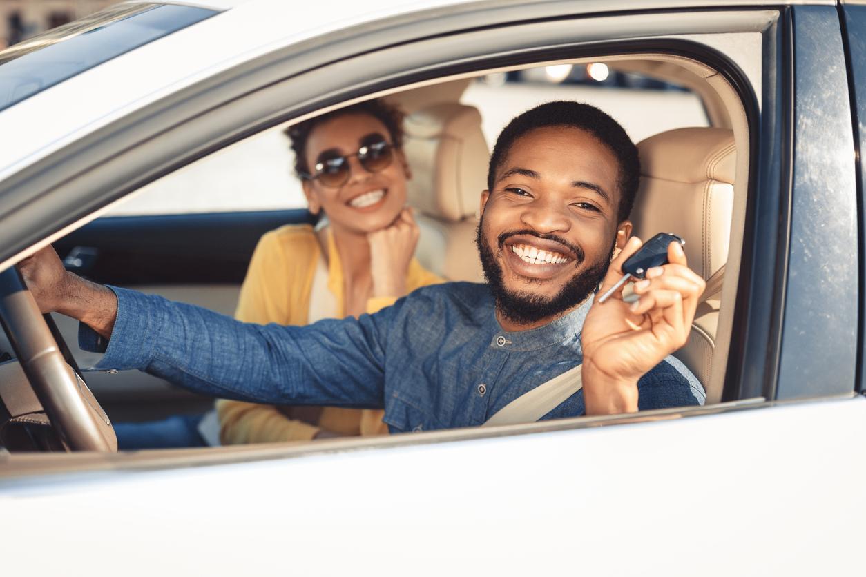 Un heureux propriétaire d'une voiture neuve